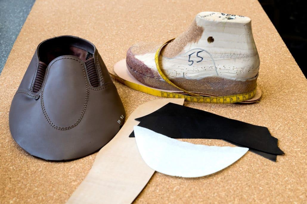 Maßschuhfertigung bei Vogel. Bauteile von der Schuhsohle bis zu Leisten und Deckmaterial.
