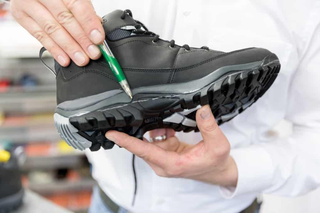 Schuhzurichtung bei Vogel. Markierung an der Schuhsohle für eine geplante Abtrennung.