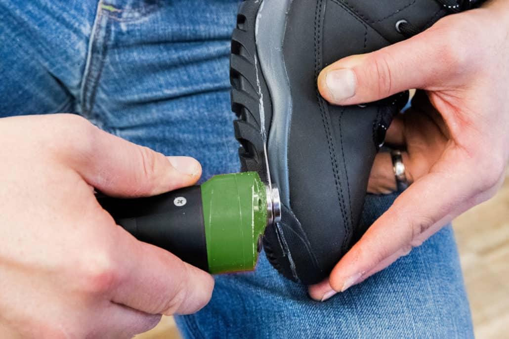Schuhzurichtung bei Vogel. Abtrennung der Schuhsohle entlang der Markierung.